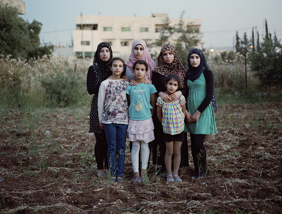 RETURNThe seven sisters (front from left) Bayan (12), Sara (9) and Nora (7). Back row from left Doa (21), srae (15), Gofran (20) and Mona (17) Al-Zanghari. Outside their home in Irbid, Jordan.The family came to Norway in 2004 and told the authorities they were stateless refugees from Palestine. The family moved to Namsos, and the children started school. The two youngest daughters were born in Namsos. When the authorities found out they were Palestine refugees living in Jordan, their application was denied. After nine years of case handling the family was deported to Jordan. Now they live with relatives in Irbid. None of the girls attend school.